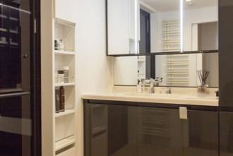 独立させた洗面室。既存の狭苦しさを一新し、眺望を活かしつつ、構造の一部を表しにしたラフでおしゃれな空間。キッチン壁はタイル、室内の壁や天井などは構造に直接塗装し、無垢材の床、中古ならではの味わい。煙突が要らないエコなバイオエタノール暖炉を採用。既製品を要所に使い、コストダウン。照明はスポットライト。札幌の高級マンションリフォームの実例をご紹介します。「和室をリビングに取り込んで ワイドビューを楽しむ暮らし」のリフォーム事例です。施工はプラスアルファ。