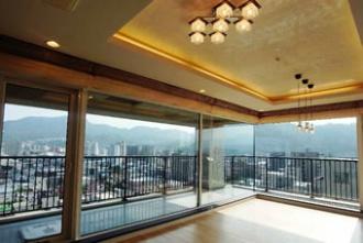 仕上げの磨きで光沢が。札幌の中心部で家を持つ計画。新築マンションが高騰し、中古のリノベーション実例をご紹介。漆喰の舟底天井でラグジュアリーに。仕上げの磨きで光沢が生まれるイタリア漆喰。施工はiesリビング倶楽部。イエスリビング倶楽部。