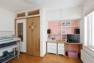 引き戸横の壁にすりガラス。18年経った戸建ての家をリフォームした実例。リフォームに備え資金は貯めていたそう。デザインの良さで依頼先を決定。足の不自由な女性が将来一人で暮らしても大丈夫な家に、バリアフリー住宅。DIY&ミニチュアカーコレクションのアトリエ、声楽家のピアノルーム、ホームシアターを備えたフリールーム。施工は札幌のSAWAI建築工房