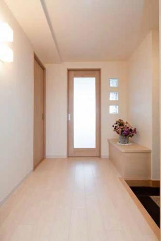 ガラス窓付きの引き戸。浴室を広くしたい、狭い玄関や古くなったキッチンを改修したい、との要望でマンションリフォーム。大胆な間取り変更。明るさを確保したキッチン、玄関ホールや洗面室、ユーティリティ。愛犬用のシンクを設置。「水回りを大胆に変更 風と光が心地よい暮らしへ」のリフォーム事例です。施工は札幌のSAWAI建築工房