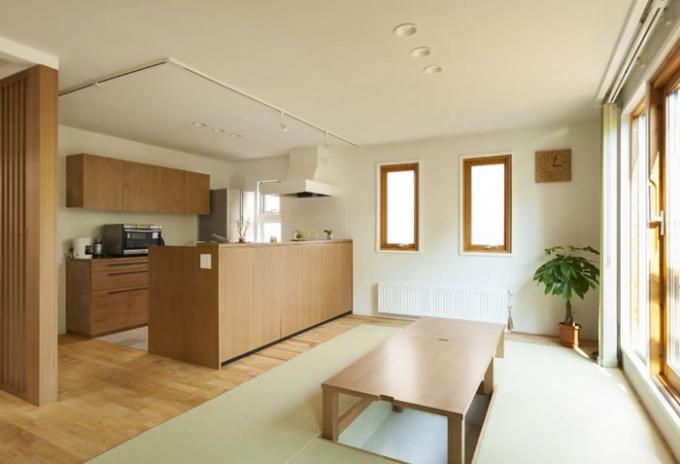 畳を取り入れたフラットフロアに改修。カップボードやシステムキッチンの背面収納を造作した美しいキッチン、光と風を取り込む茶の間、畳を取り入れたフラットフロアは壁を取り払って2部屋分の広さを確保しました。戸建て二世帯のリフォーム実例です。施工は札幌の北王リライフ。