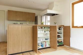 リビングの収納。カップボードやシステムキッチンの背面収納を造作した美しいキッチン、光と風を取り込む茶の間、畳を取り入れたフラットフロアは壁を取り払って2部屋分の広さを確保しました。戸建て二世帯のリフォーム実例です。施工は札幌の北王リライフ。