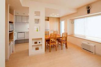 キッチンは壁付けに。浴室を広くしたい、狭い玄関や古くなったキッチンを改修したい、との要望でマンションリフォーム。大胆な間取り変更。明るさを確保したキッチン、玄関ホールや洗面室、ユーティリティ。愛犬用のシンクを設置。「水回りを大胆に変更 風と光が心地よい暮らしへ」のリフォーム事例です。施工は札幌のSAWAI建築工房