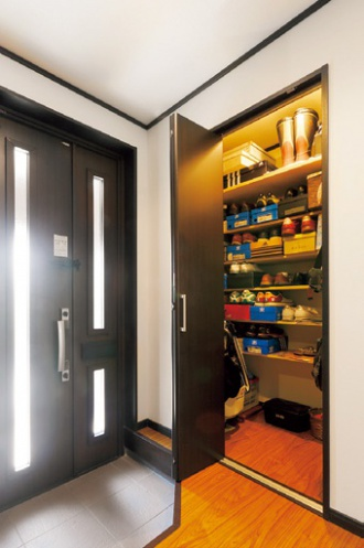 下駄箱とは別に収納スペース。築30年の老朽化した外壁をきっかけに札幌の戸建てのフルリフォーム事例。新築からのオノテックに依頼。リフォーム工事中も引っ越しせずに生活。全面的な外装の改修、1階リビングとキッチンの間取り変更。和室を取り払いリビングの1角に。