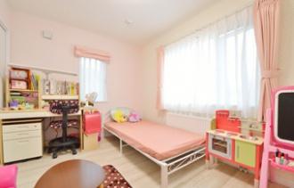 女の子らしい子供部屋。札幌の小学校に通う子どもの学区を変えないために中古住宅の戸建てを二世帯にリフォームした実例をご紹介。1階で生活が完結できるようにプランした親世帯は日当たりのいい明るいLDKへ、2階を大幅に増築し、子世帯のLDK空間を広くしました。施工は竹内建設。