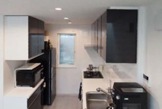 シックなキッチン。理想は地下鉄徒歩圏内の一戸建て。通勤に便利な立地を最優先に探し、築32年の古い木造アパートを一軒家にリノベーションした事例。間取りを全面的に変更。リビングの階段にアルミの手すり。モノトーンでまとめたシックなリビング・キッチン。愛犬と暮らす家。施工は住友不動産新築そっくりさん北海道