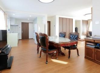 キッチンからL字型で広がる親世帯のLDK。両親の提案で同居することに。1階を親世帯、2階を子世帯にし上下階で住み分ける2世帯住宅にリフォーム。増築せずに2世帯を実現。玄関共用の上下階分離で安心と適度な距離の暮らしを実現。施工は土台や柱の一部を残すだけのフルリフォーム。ハイグレードの断熱材やサッシで外気をシャットアウト、さらにエコフィールを導入し、最大の悩みの寒さを解決するとともに、暖房費も節約。施工は住友不動産の新築そっくりさん北海道。