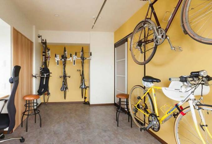 個性あふれるマイホームのサイクルルーム。猫や趣味の自転車のためにもっと広くするリフォーム。札幌のマンションリフォーム事例。自転車専用の部屋と猫用アイテム。4LDKから2LDKへ変更。7台収納できるサイクルルーム。カラフルなユーティリティやキャットステップ、猫用の通り穴を設けているトイレ。施工は住友不動産マンションリフォーム北海道