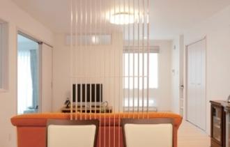 親子で共有していた玄関を別々にするためリフォームを決意。先々の快適性も考慮して、構造・断熱・設備・内装までフルリフォームすることに。光熱費も個別に管理します。2世帯の玄関をセパレートしてちょうどいい距離感で暮らすリフォーム事例です。シックなカラーコーディネートで落ち着いたムードの子世帯LDK、寝室には3面採光のランドリールームを増築。親世帯は温水暖房のパネルをリビングとダイニングの間にブラインドのように設置してデザイン的にも美しく、圧迫感がありません。施工は札幌のSAWAI建築工房。