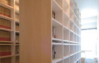 大量の本がすっきりと収まった書斎。読書家で書斎に収納しきれないほどの本、大量のCD&DVDや洋服を整理するためのマンションリフォーム。オシャレ過ぎず生活感がある、センスのいい家づくり。時間をかけてプランニング。大容量のウォークインクローゼット。施工は北海道工房