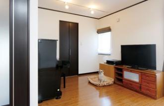 壁を取り払い、リビングと一体化。築30年の老朽化した外壁をきっかけに札幌の戸建てのフルリフォーム事例。新築からのオノテックに依頼。リフォーム工事中も引っ越しせずに生活。全面的な外装の改修、1階リビングとキッチンの間取り変更。和室を取り払いリビングの1角に。