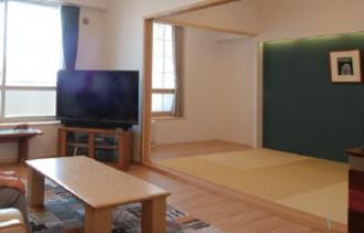 広い収納スペース。読書家で書斎に収納しきれないほどの本、大量のCD&DVDや洋服を整理するためのマンションリフォーム。オシャレ過ぎず生活感がある、センスのいい家づくり。時間をかけてプランニング。大容量のウォークインクローゼット。施工は北海道工房