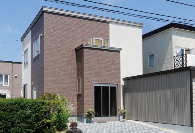 住みながらの安心リフォーム。築30年の老朽化した外壁をきっかけに札幌の戸建てのフルリフォーム事例。新築からのオノテックに依頼。リフォーム工事中も引っ越しせずに生活。全面的な外装の改修、1階リビングとキッチンの間取り変更。和室を取り払いリビングの1角に。