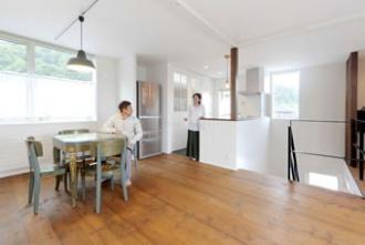 玄関ホールの吹き抜けに面したキッチンは、開放感たっぷり。2階のどこにいても互いの気配がわかり、家族のふれあいが自然に生まれます。