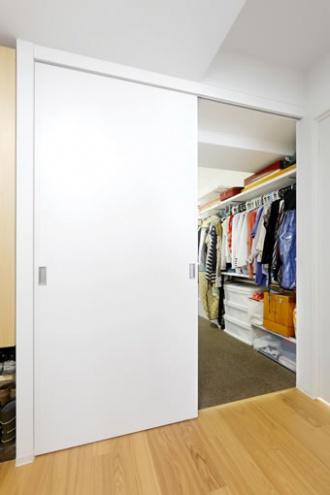 スライド扉。築31年中古マンションのリノベーション実例をご紹介。「センタークロークで暮らしすっきり」のリフォーム事例です。ソファとダイニングセットはトータルコーディネート、収納力のあるキッチンは並行に置いたダイニングテーブルをカウンターのように使えます。クロークはスライドドアに。アイデアが詰まった家になりました。施工は北王RELIFEリライフ
