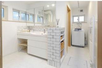 洗面台の横の棚は造作です。構造梁を含む3本の付け梁はシンプルなインテリアにマッチする手持ちの家具とも相性抜群。お子さんの誕生がきっかけで二世帯リフォーム。1階は子世帯、2階は親世帯の理想的な2世帯同居のリフォーム事例です。施工は札幌の三五工務店 35リフォーム。