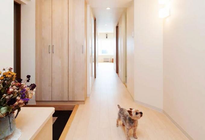 風と光が心地よい暮らしへ。浴室を広くしたい、狭い玄関や古くなったキッチンを改修したい、との要望でマンションリフォーム。大胆な間取り変更。明るさを確保したキッチン、玄関ホールや洗面室、ユーティリティ。愛犬用のシンクを設置。「水回りを大胆に変更 風と光が心地よい暮らしへ」のリフォーム事例です。施工は札幌のSAWAI建築工房