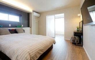 3面採光の寝室。親子で共有していた玄関を別々にするためリフォームを決意。先々の快適性も考慮して、構造・断熱・設備・内装までフルリフォームすることに。光熱費も個別に管理します。2世帯の玄関をセパレートしてちょうどいい距離感で暮らすリフォーム事例です。シックなカラーコーディネートで落ち着いたムードの子世帯LDK、寝室には3面採光のランドリールームを増築。親世帯は温水暖房のパネルをリビングとダイニングの間にブラインドのように設置してデザイン的にも美しく、圧迫感がありません。施工は札幌のSAWAI建築工房。
