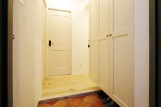 無垢材風の床と塗り壁