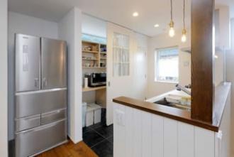 容量たっぷりのキッチン収納は、目隠しできる引き戸仕様。棚上に窓があるので、引き戸を閉めても光が取り入れられます。右隣には食品庫も。