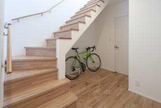 開放感のある階段。傾斜地の地形を利用して建つ、4層からなるスキップフロアの住宅を2世帯住宅にリフォーム。過去のリフォーム部分はそのまま活かし、共有部がまったくない間取りに。19案のプランが出され、かつての長屋のような住まいに。、同居のほど良い距離感を見つけています。世帯の独立性を尊重したリフォーム事例です。施工は札幌市厚別区のリビングワーク。