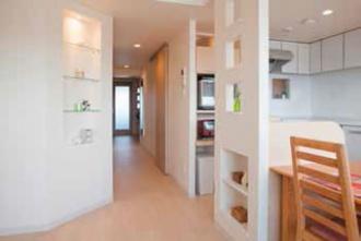 壁の一部を斜めに。浴室を広くしたい、狭い玄関や古くなったキッチンを改修したい、との要望でマンションリフォーム。大胆な間取り変更。明るさを確保したキッチン、玄関ホールや洗面室、ユーティリティ。愛犬用のシンクを設置。「水回りを大胆に変更 風と光が心地よい暮らしへ」のリフォーム事例です。施工は札幌のSAWAI建築工房