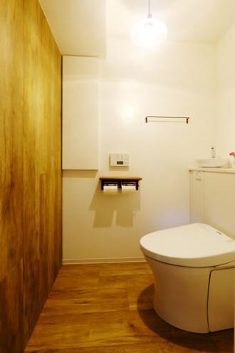 床材を壁に応用したトイレ。築31年中古マンションのリノベーション実例をご紹介。「センタークロークで暮らしすっきり」のリフォーム事例です。ソファとダイニングセットはトータルコーディネート、収納力のあるキッチンは並行に置いたダイニングテーブルをカウンターのように使えます。クロークはスライドドアに。アイデアが詰まった家になりました。施工は北王RELIFEリライフ