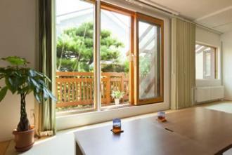 1階茶の間。カップボードやシステムキッチンの背面収納を造作した美しいキッチン、光と風を取り込む茶の間、畳を取り入れたフラットフロアは壁を取り払って2部屋分の広さを確保しました。戸建て二世帯のリフォーム実例です。施工は札幌の北王リライフ。
