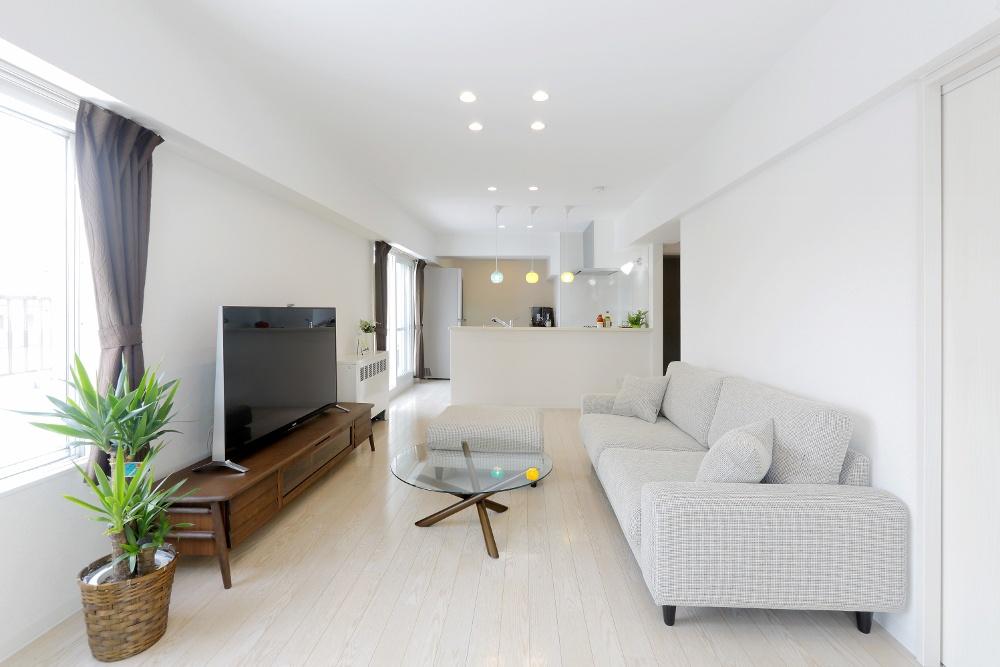 札幌の中古リノベーションマンションの事例を紹介。マンションを購入し、SAWAI建築工房にリノベーションを依頼。収納や動線にも細やかな配慮が行き届いたプラン。L字型キッチン、2方向から光が入るLDK、工夫で専有面積以上の広さ。内窓は遮音性にも優れた断熱サッシ。交通量が多くても、静かな住まい。