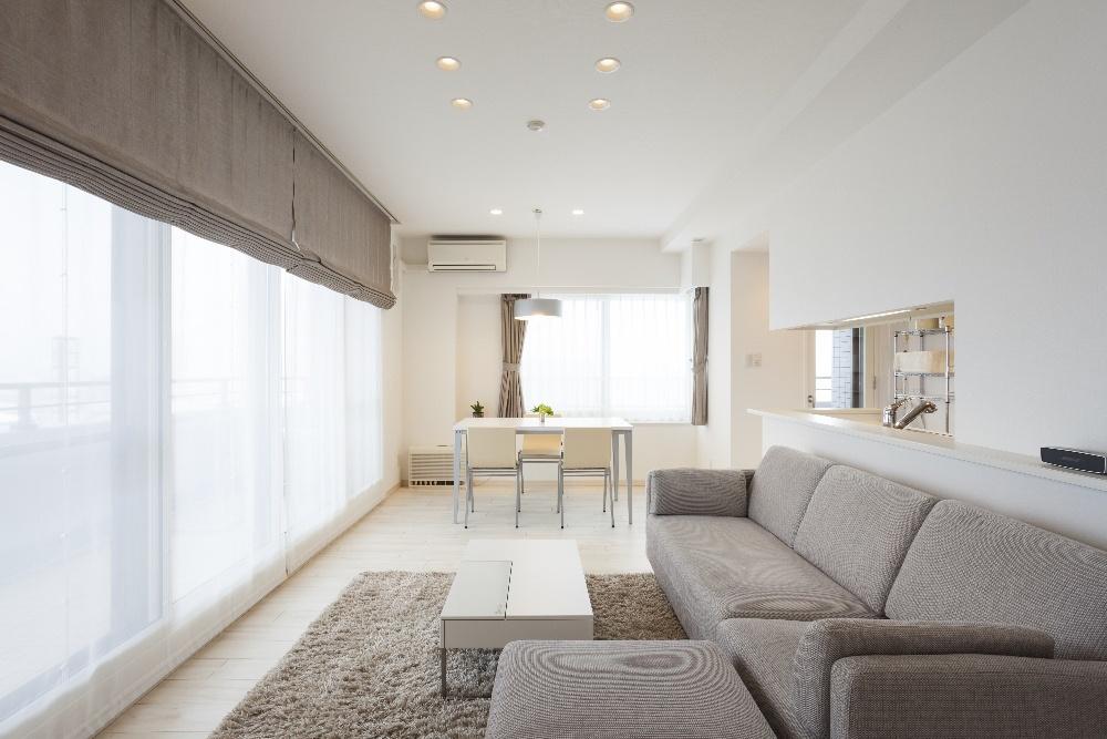 明るい日差しが映える白い空間。家の建て替えではなく、住み替えの中古リノベーションを選んだ夫婦野事例。条件に合うマンションを購入。白を基調に、グレートーンのファブリックや壁クロス、ペンダントライトが上質な大人の空間を演出。建具・キッチン・水回りの設備は既存。櫛引き仕上げのフランス漆喰。オーダーカーテン、ソファ、ラグ。クローゼットに見えないオシャレで斬新なクローゼット。施工はiesリビング倶楽部。リフォームの施工事例集、施工店探し、費用の相場、築年数なども掲載、リフォームのイメージづくりができるのでこれからリ