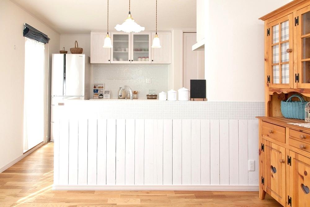 カフェ風インテリア。リフォーム、リノベーション戸建て、一軒家の事例を紹介します。子育てが落ち着いて好みのキッチンにリフォーム。木質感を活かしたカントリーテイスト。無垢のキッチンで人気のウッドワンの白いキッチン。フローリングや建具もキッチンと同じ無垢材。リビングから見ても美しく見える、カウンターの立ち上がり部分にタイル。照明や取っ手もこだわりが。リフォームの施工事例集、施工店探し、費用の相場、築年数なども掲載、リフォームのイメージづくりができるのでこれからリフォームする方向けの情報満載です。