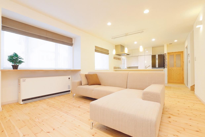 札幌の高断熱・高気密化のリノベーションにより長期優良住宅先導モデルとして認められた、住宅の外気温に左右されない安定した室内環境を体感できるモデルハウス。パイン材の床に塗り壁とエコカラットの質感のあるアクセントウオール。アールデザインの玄関土間。市松に敷かれた琉球畳がおしゃれな和室。下は大容量の収納。レンジ横や出入り口の柱などにはアクセントにタイルを部分張り。施工はリビングワーク。