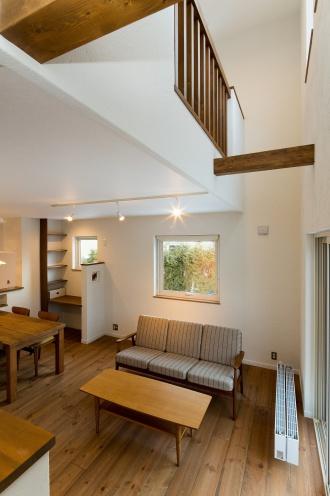 梁と手すりの木が白壁に映える。リフォーム、リノベーション戸建て、一軒家の事例を紹介します。リフォームの施工事例集、施工店探し、費用の相場、築年数なども掲載、リフォームのイメージづくりができるのでこれからリフォームする方向けの情報満載です。2世帯住宅を単世帯用に戻すための大規模改修した事例。新築ブランドに近づけたリフォーム。施工は札幌の竹内建設。