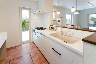 リビング・ダイニングと色調を統一したキッチン。リフォーム、リノベーション戸建て、一軒家の事例を紹介します。リフォームの施工事例集、施工店探し、費用の相場、築年数なども掲載、リフォームのイメージづくりができるのでこれからリフォームする方向けの情報満載です。2世帯住宅を単世帯用に戻すための大規模改修した事例。新築ブランドに近づけたリフォーム。施工は札幌の竹内建設。