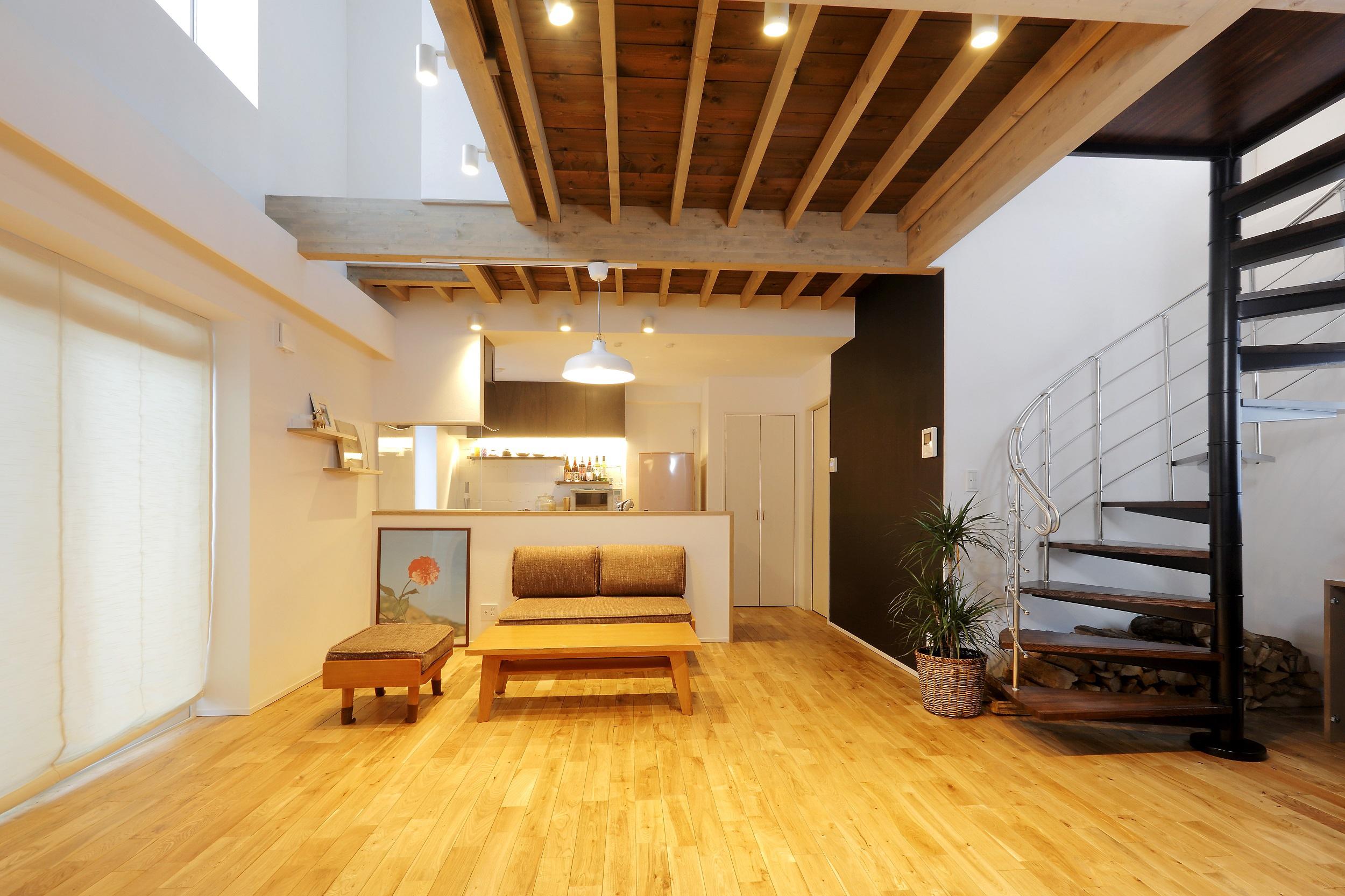 ブロック住宅は総2階にできないという制約があります。そこで屋根の形を変えて、2階空間を広げました。日差しがたっぷり降り注ぐリビングに。株式会社アルティザン建築工房