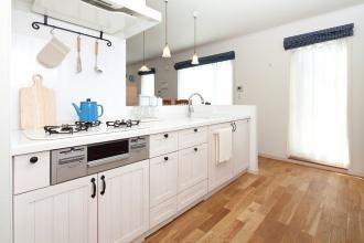 無垢材のキッチン・フローリング。リフォーム、リノベーション戸建て、一軒家の事例を紹介します。子育てが落ち着いて好みのキッチンにリフォーム。木質感を活かしたカントリーテイスト。無垢のキッチンで人気のウッドワンの白いキッチン。フローリングや建具もキッチンと同じ無垢材。リビングから見ても美しく見える、カウンターの立ち上がり部分にタイル。照明や取っ手もこだわりが。リフォームの施工事例集、施工店探し、費用の相場、築年数なども掲載、リフォームのイメージづくりができるのでこれからリフォームする方向けの情報満載です。