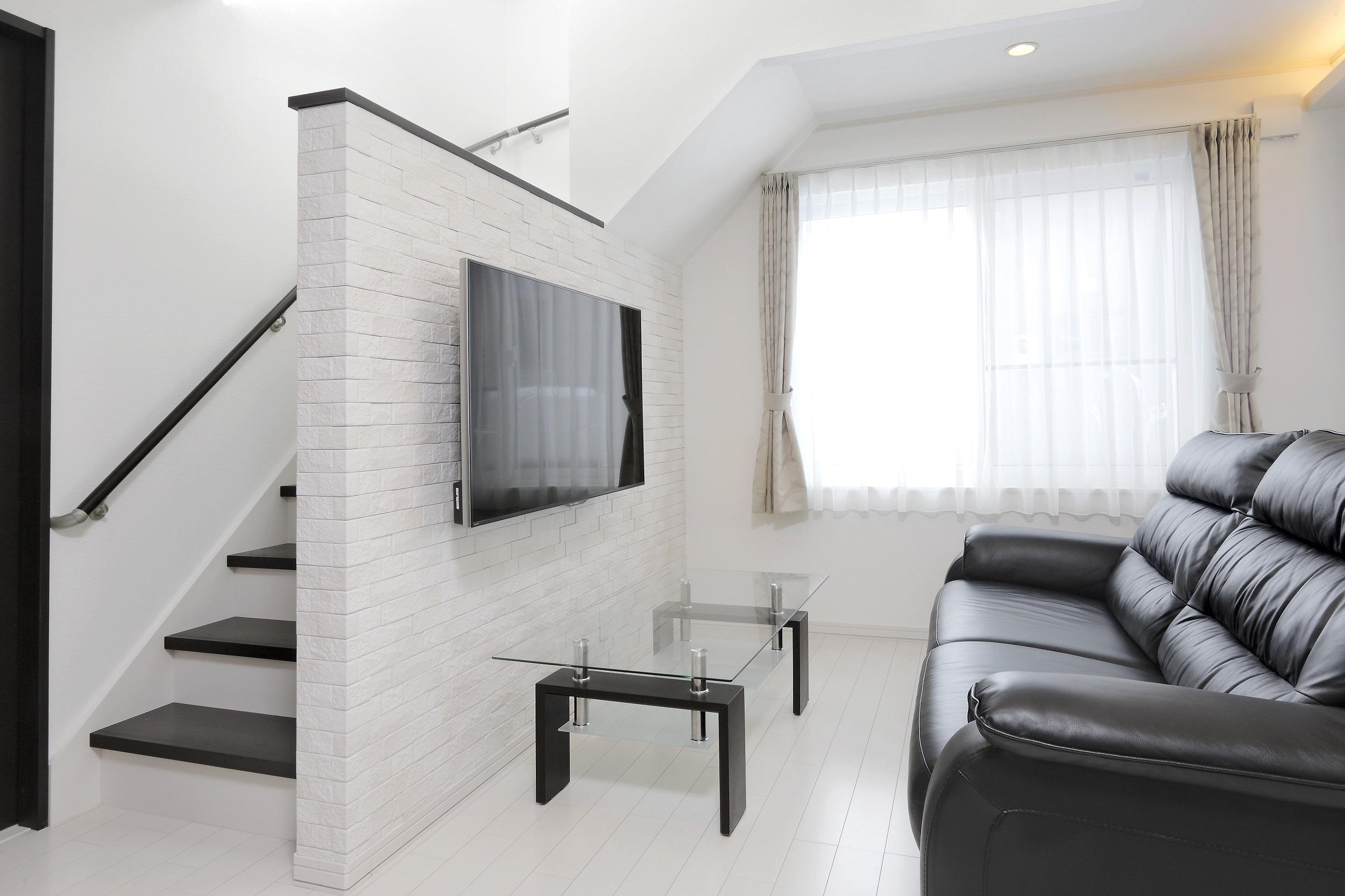 明るい日差しが映える白い空間。リフォーム、リノベーションの戸建て、一軒家の事例。リフォームの施工事例集、施工店探し、費用の相場、築年数なども掲載、リフォームのイメージづくりができるのでこれからリフォームする方向けの情報満載。古くなってきた家を建て替えせず、リフォーム。家の老朽化で床のきしみや断熱性・気密性の低下で寒さがこたえる冬、屋根の落雪などを新築同様にリフォームして一気に解決。生まれ変わりました。施工は住友不動産新築そっくりさん北海道