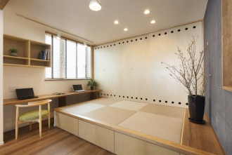 琉球畳の小上がり。カウンターテーブルは、書斎スペース。造作引き戸の丸い飾りがアクセントに。引き戸の奥には大容量の収納スペース。和モダンテイスト。フルリフォーム。株式会社リビングワーク