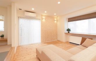 質感のあるアクセントウオール。札幌の高断熱・高気密化のリノベーションにより長期優良住宅先導モデルとして認められた、住宅の外気温に左右されない安定した室内環境を体感できるモデルハウス。パイン材の床に塗り壁とエコカラットの質感のあるアクセントウオール。アールデザインの玄関土間。市松に敷かれた琉球畳がおしゃれな和室。下は大容量の収納。レンジ横や出入り口の柱などにはアクセントにタイルを部分張り。施工はリビングワーク。