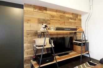 造作アクセントウォール。サーファーハウス、コンクリート打ちっぱなしの壁やユーズドの足場板などインダストリアルにとことんこだわった札幌市の中古マンション+リノベーション実例。DIYのアイディアも豊富。参考になる土間収納やリビングのハンモック。高さの違うオリジナル造作棚は矢印のかたちに。キッチンは特注。ステンレス天板。アイアン塗装。唯一無二の個性的な空間。施工は株式会社北王リフォーム事業部RELIFE