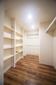 収納完成写真。一人暮らしでマンションの中古物件を買ってリノベーション。通勤しやすくするためにリノベーション。新耐震基準の物件。立地も広さも条件通りで即決購入。アウトをはじめ細部まで気を配る巧みなコーディネートで、洗練の住空間。こだわりのフローリングに合わせて落ち着きのあるシックな空間。都心のシングルライフをリノベーションで。施工はAIS(アイズ)インテリアデザイン。