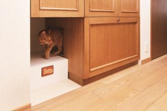 猫用トイレリフォーム。愛猫に対応した設計でリフォーム。江別市のペット・内装リフォーム事例を紹介。愛猫との暮らしも考えた楽しいアイデアあふれるリフォーム。猫が室内でも動き回れるキャットウォークをリビングに新設。既存の家具やステンドグラス、絵画など、置くものと配置に合わせシーリングライトから引き戸の取っ手まで、好みに合わせてインテリアをセレクト。施工は株式会社SAWAI建築工房