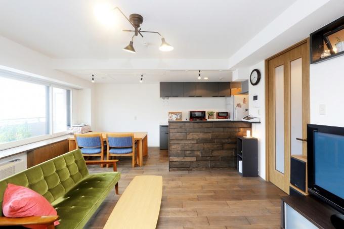 室内を狭く感じさせていたキッチンは壁を撤去してリビングとつながるセミオープンキッチンへ。和室は、日中はリビングとして、夜は寝室として使用して広いリビングの完成。既存のもので使えるものはできるだけ活かすリフォーム。湿気対策の土間収納・納戸・子供部屋に風抜き穴。ダークトーンの床や棚。札幌のマンションリフォーム施工事例。施工は北王リフォーム事業部RELIFEリライフ。
