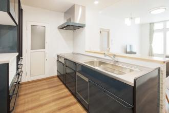 平屋だった実家をリフォーム。寒い旭川で省エネに、暖かく暮らしたい。3層(トリプル)ガラスのサッシに、壁の断熱も強化。ツインバーナーのFFストーブによるセミセントラル方式暖房を採用し、エネルギーを抑えて暖かい効率的な組み合わせ。高い性能により長期優良住宅の補助金200万円。市松模様でモダンな和室。ブリックタイル調の壁紙。横幅が長いキッチン。施工は旭川の石山工務店。