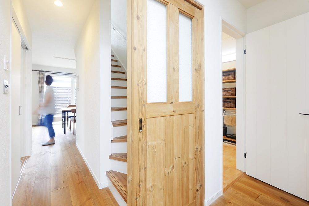 築30年以上経過した中古物件を冬の寒さ対策でリフォーム。竹内建設の実例に惹かれモデルハウスを見学しスタート。断熱・気密性の向上、耐震性と耐久性に優れた北海道R住宅。自然素材の家。ウッドデッキを新設。乾燥室も付けて。施工/竹内建設株式会社リノベーション事業部
