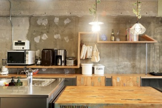 キッチン収納。サーファーハウス、コンクリート打ちっぱなしの壁やユーズドの足場板などインダストリアルにとことんこだわった札幌市の中古マンション+リノベーション実例。DIYのアイディアも豊富。参考になる土間収納やリビングのハンモック。高さの違うオリジナル造作棚は矢印のかたちに。キッチンは特注。ステンレス天板。アイアン塗装。唯一無二の個性的な空間。施工は株式会社北王リフォーム事業部RELIFE