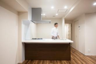 一人暮らしでマンションの中古物件を買ってリノベーション。通勤しやすくするためにリノベーション。新耐震基準の物件。立地も広さも条件通りで即決購入。アウトをはじめ細部まで気を配る巧みなコーディネートで、洗練の住空間。こだわりのフローリングに合わせて落ち着きのあるシックな空間。都心のシングルライフをリノベーションで。施工はAIS(アイズ)インテリアデザイン。