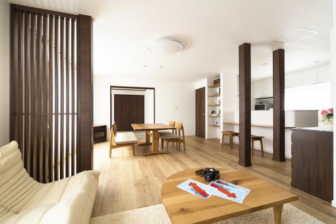 定年退職を機に、冬の寒さを解決したい。札幌の戸建てのリフォーム事例。幅広の化粧床材が空間のやさしいぬくもりを演出。床材に合わせた家具。家事動線を効率的にした対面キッチン。和紙の琉球畳を使った和室。広々空間。施工はイワクラホーム株式会社