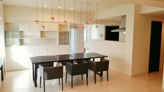 お客様やゲストをおもてなしするダイニングキッチンを広くするため、マンションフルリフォーム。5LDKの間取りは3LDKに、和室をリビングにリビングをダイニングに変える斬新なプラン。照明、家具もトータルでコーディネート。インテリアは白をベースに色や質感の違う素材をアクセントに落ち着きのある空間。札幌市でダイニングキッチンリフォーム。施工はplus alpha(プラスアルファ)/イシヅキ