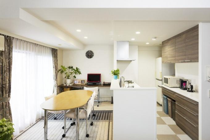 垂れ壁・袖壁を取り払って開放的になったダイニングキッチン。戸建て仕様のシステムキッチンに入れ替えて収納力アップ。既存を活かしコストを抑えて。和室はツーウェイの大きなウォークインクローゼットに変更。札幌市のマンションリフォーム。定年後老後の生活を考えたリフォーム実例。施工はアシスト企画KURARA事業部。